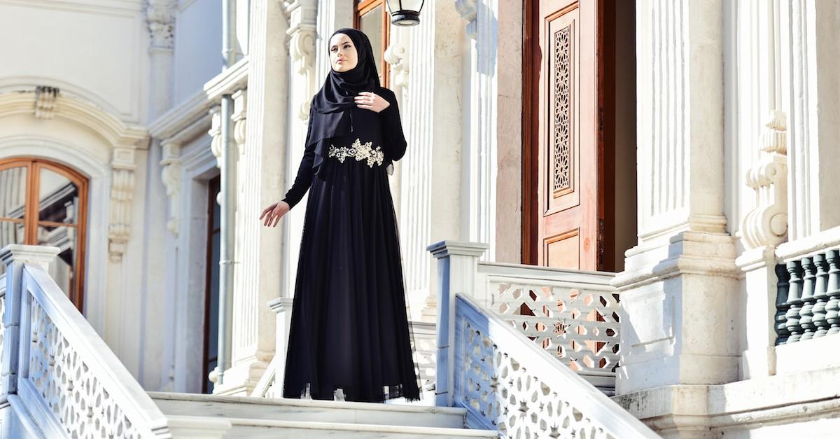 c99e773c3 فستان مميز بتصميم من القماش الرقيق وتفاصيل من الدانتيل والخرز المميزة  1004-01