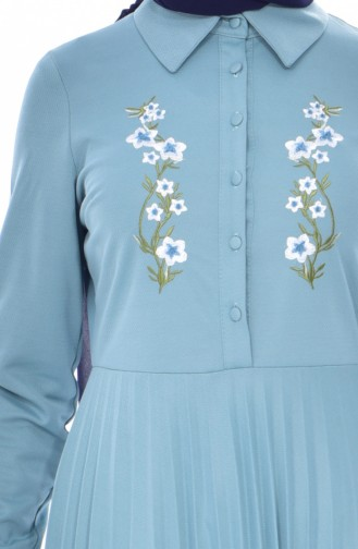 Gefaltetes Kleid mit Stickerei 0535-07 Mandel Grün 0535-07