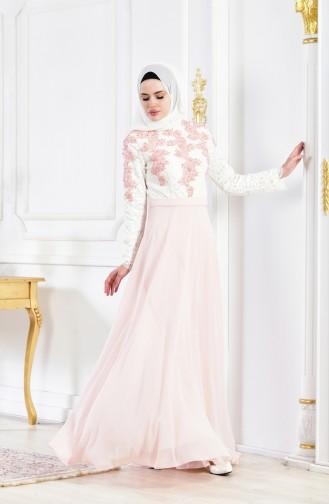 فستان سهرة يتميز بتفاصيل من الدانتيل 8202-06 لون بيج فاتح ووردي 8202-06