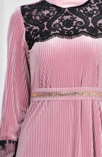 فستان سهرة يتميز بتفاصيل من الدانتيل 28210-01 لون وردي 28210-01