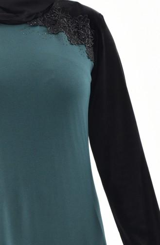 فستان مخمل يتميز بتفاصيل من الدانتيل بمقاسات كبيرة 40371-03 لون أخضر زمردي 40371-03