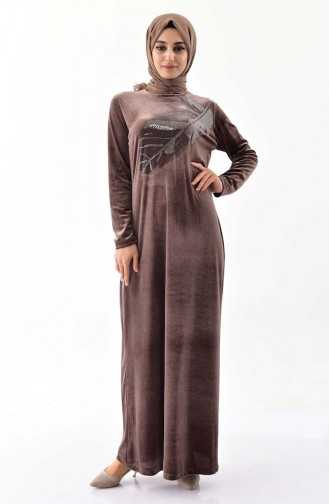 فستان مخمل بتصميم مُطبع بأحجار لامعة و بمقاسات كبيرة 0022-03 لون بني 0022-03