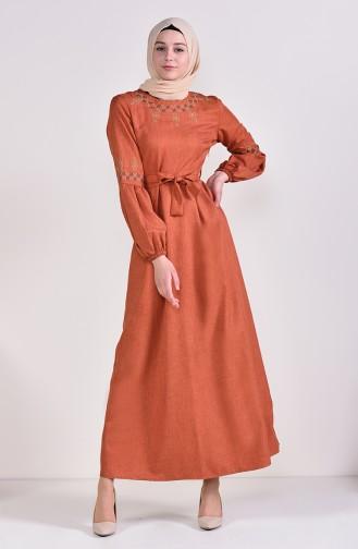 فستان بتفاصيل مُطرزة وحزام للخصر 1022 A-02 لون قرميدي 1022A-02